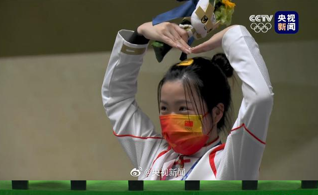可爱!奥运首金获得者杨倩在领奖台上比心